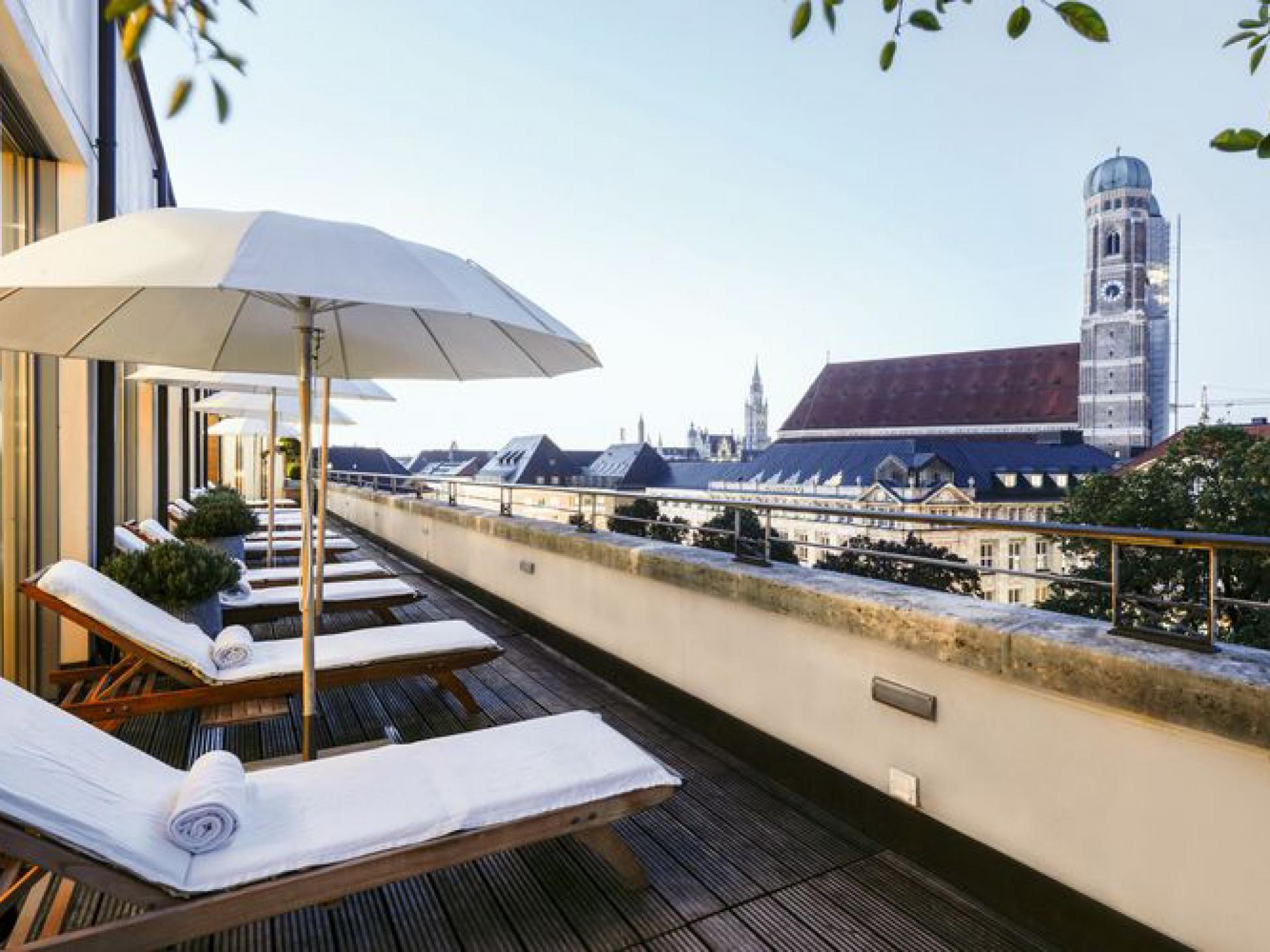 blue-spa-lounge-pool-bar-bayerischer-hof-munchen-rooftop753b458f1629ee7d.jpg